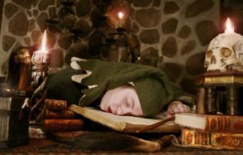 Caligari har somnat i en bok