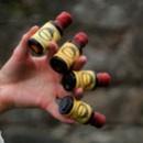 Alltinkturflaskor mellan fingrarna