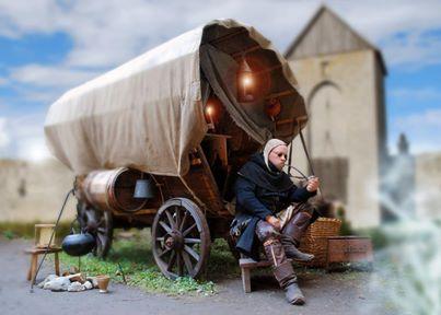 Doktorn sitter utanför sin magiska vagn och röker pipa
