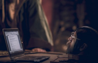 Dareon läser på en datorskärm