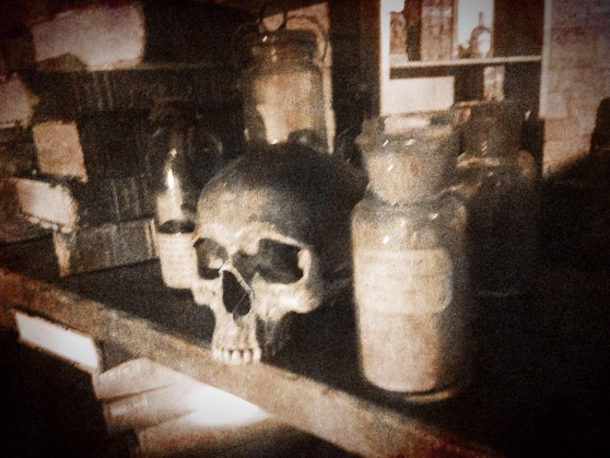 En läskig döskalle och några mystiska flaskor