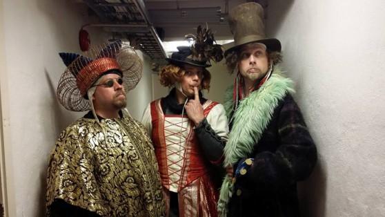 Doktorn, Gaston och Arkadia hamnar i fel kostymer
