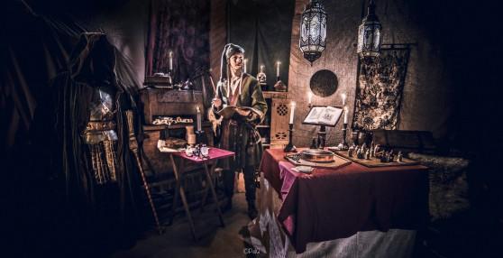 Caligari står i ett rum fullt av magisk utrustning