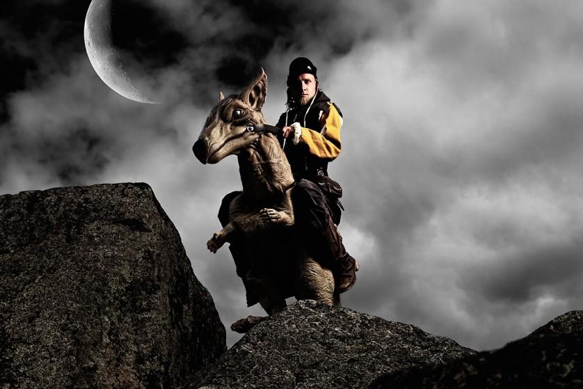 Arkadia och Draken Sötnos står på en klippa