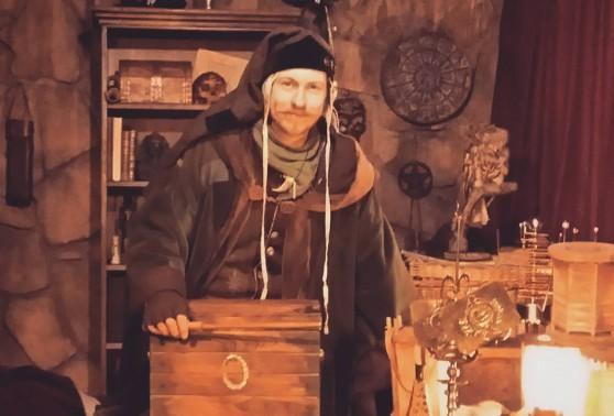 Caligari står vid en kista
