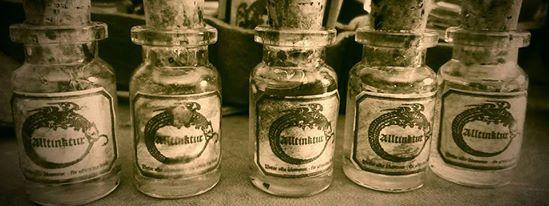 En mängd flaskor innehållandes Alltunktur