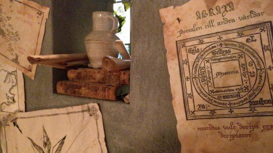 Ett pergament med en tecknad portal