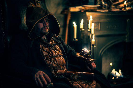 Doktorn sitter i en stol och ser mystisk ut