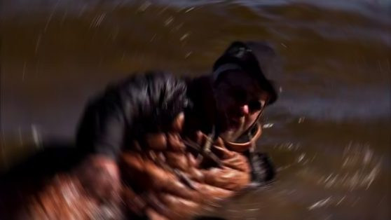 Doktorn hamnar i vatten och drunknar nästan