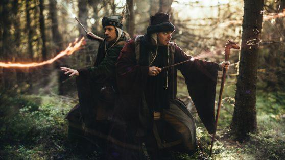 Caligari och Gaston står rygg mot rygg och kastar besvärjelser