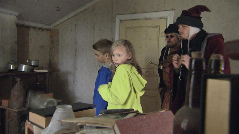 Barnen och magikerna undersöker spökvinden